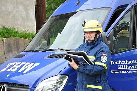 Matthias Kupfer gibt gerne wertvolles Wissen an die Helferinnen und Helfern weiter. (Quelle: THW/ Florian Meyer)